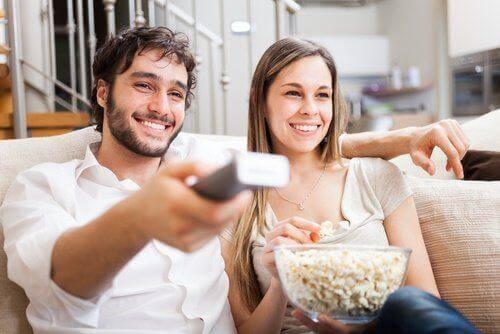 10 asiaa, joita terve parikunta tekee yhdessä - yksi niistä on elokuvan katsominen.