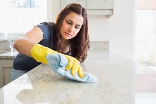 Keittiötasojen siivous