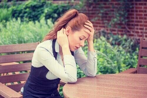 uupunut ja stressaantunut nainen