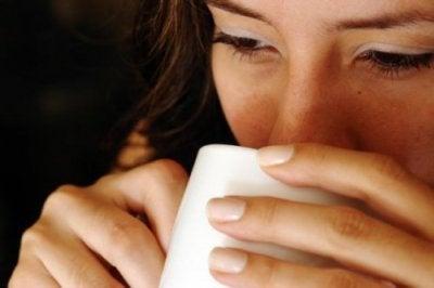 Kuuma vesi tyhjään vatsaan on loistava hoito