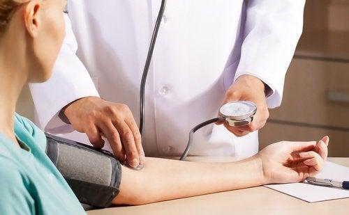 Fyysinen kontakti auttaa laskemaan verenpainetta.