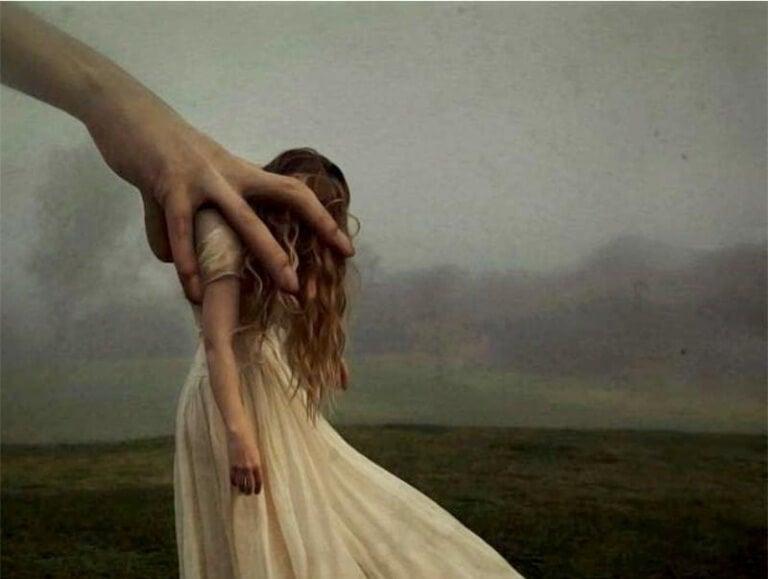 Käsi vie tytön