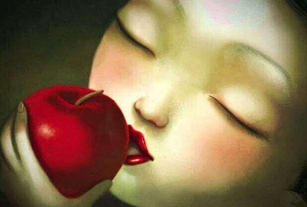 tyttö haukkaa kiellettyä hedelmää