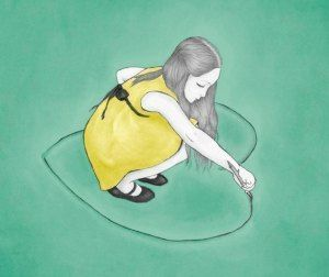 Tyttö piirtää sydämen