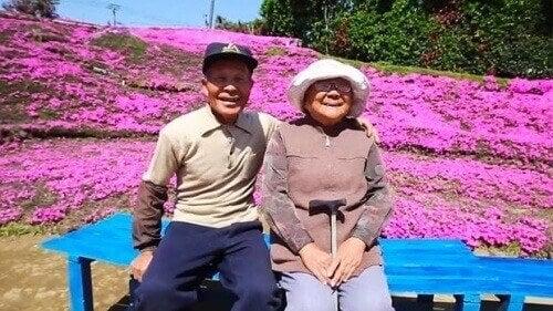 Kuuluisa rakkaudenosoitus: tuhansia kukkia sokealle vaimolle