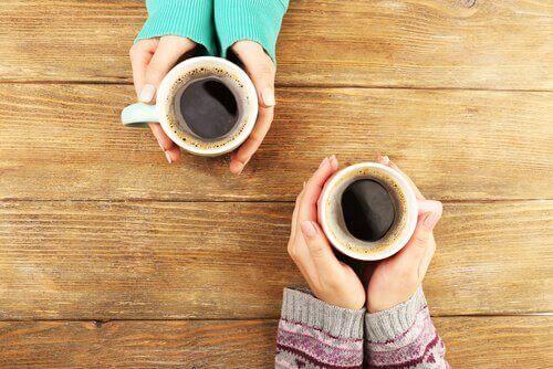 kahvia kupeissa