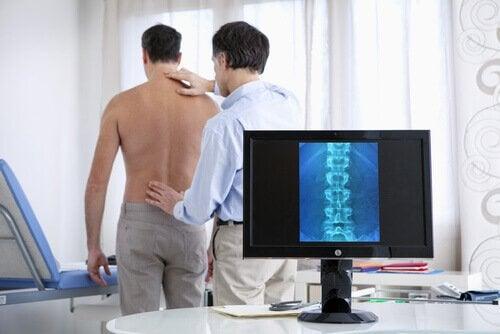 Lääkäri voi määrätä magneettikuvaukset, joista selviää, kärsitkö välilevyn pullistumasta.