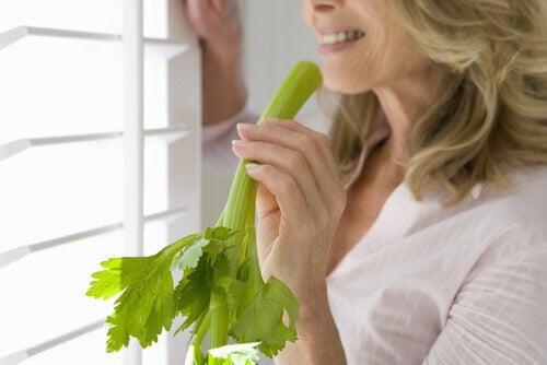 nainen syö selleriä