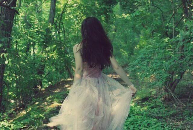 Nainen metsässä