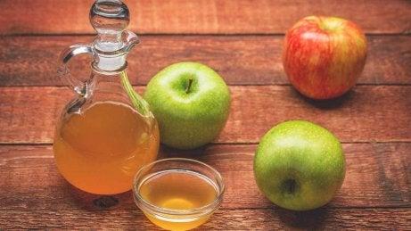 Omenaviinietikaa ihopolyyppien poistoon.