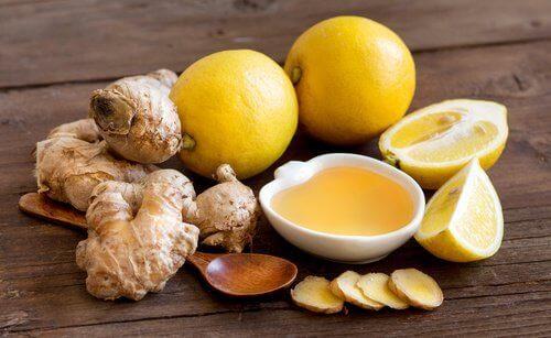 Siirappia, joka torjuu flunssaa, voi valmistaa kotona helposti.