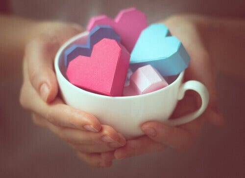 sydämet kupissa kiitollisuus