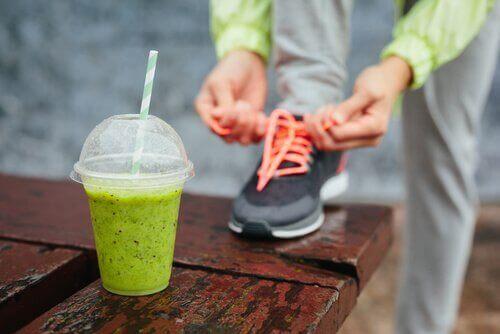 Vihreä smoothie ja juoksukengät