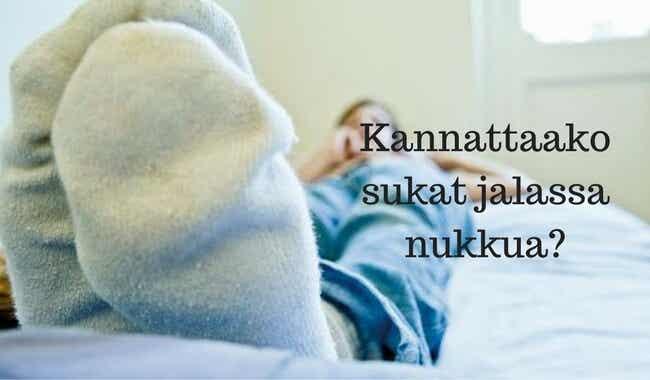Kannattaako sukat jalassa nukkua?