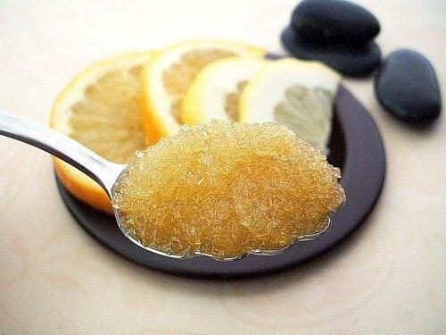 Kuorinta-ainetta sitruunasta ja sokerista