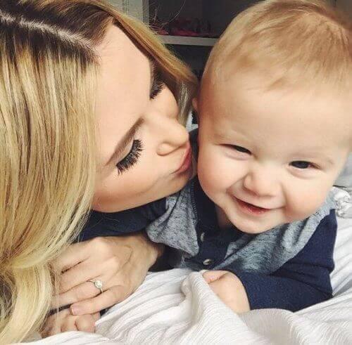 poika on aarre: äiti suukottaa poikavauvaansa