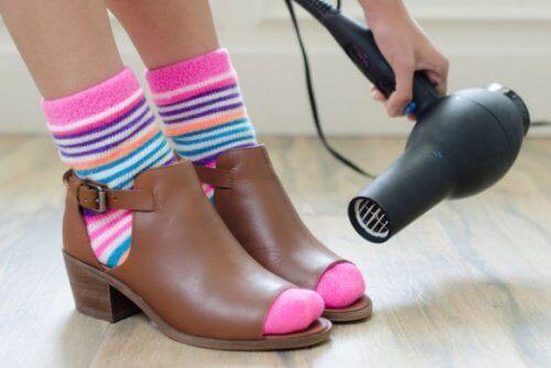 muokkaa kenkäsi hiustenkuivaajan avulla