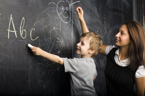 opettaja ja oppilas liitutaululla