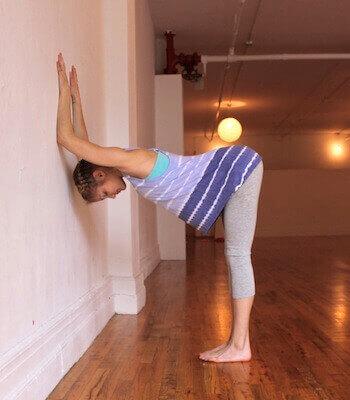 selkäkipua vähentäviä joogaliikkeitä: lankku seinää vasten