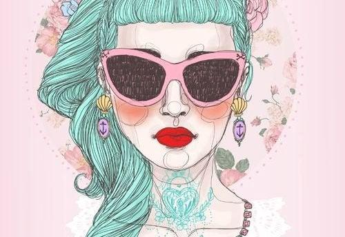 nainen aurinkolaseissa