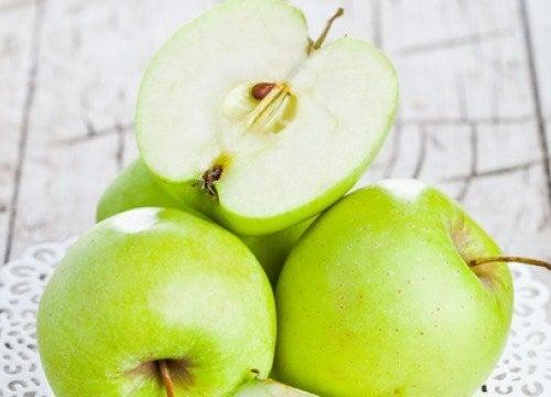 Kokeile väsymyksen voittamiseksi juomaa, joka on tehty omenasta, sitruunasta ja appelsiinista.