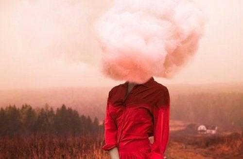 nainen ja pilvi