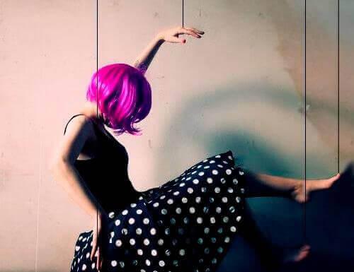 nainen ja pinkit hiukset