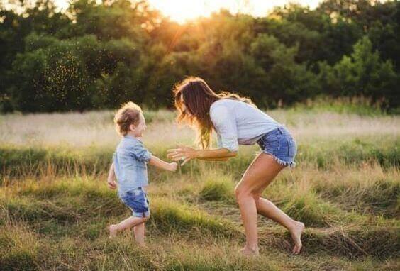 poika ja äiti leikkivät