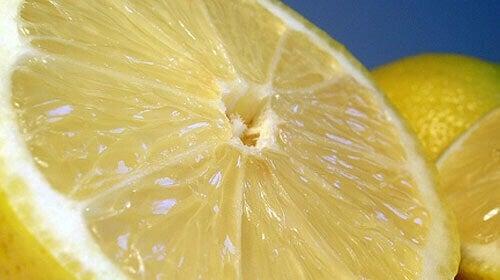 pahat hajut pois sitruunalla