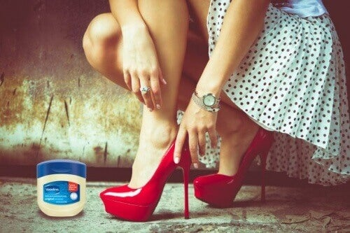 vaseliini auttaa pitämään kenkäsi hankaamatta
