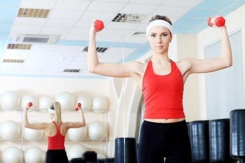 Voit tehdä rintalihaksiin kohdistuvia lihasvoimaliikkeitä rintojen kiinteyttämiseksi.