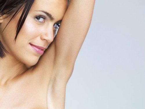 Sinun on syytä poistaa myrkyt kainaloistasi, sillä siten autat ehkäisemään rintasyöpää.