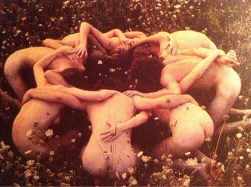 naiset niityllä