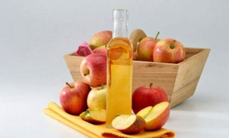 omenaviinietikkaa ja omenoita