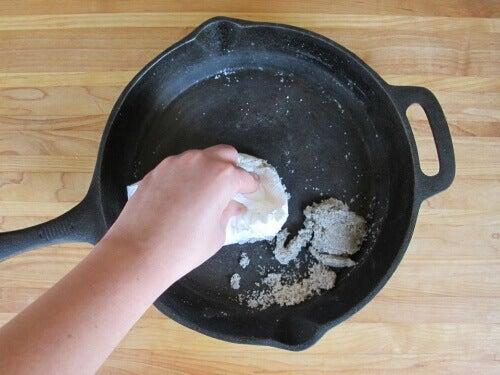 9 tapaa estää ruokaa jäämästä kiinni pannuihin