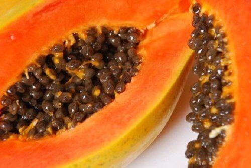 mustapäiden poisto papaijalla