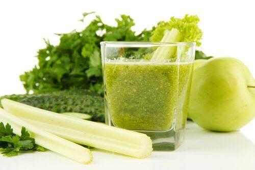 Munuaisia puhdistava smoothie selleristä ja vihreästä omenasta