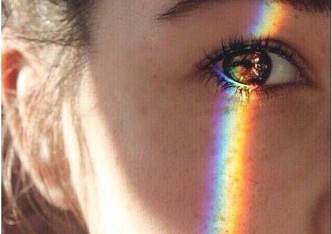 sateenkaari naisen silmässä