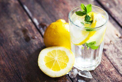 Sitruunamehun terveysvaikukset - auttaa pitämään painon hallinnassa.