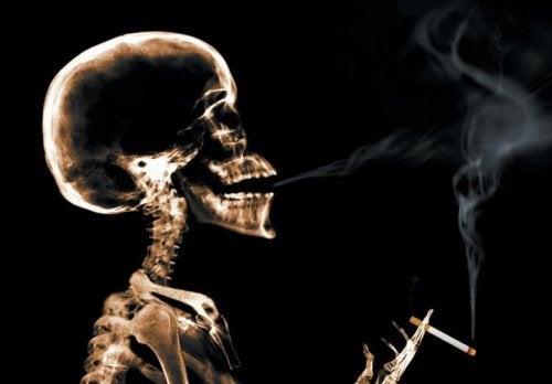luuranko tupakoi