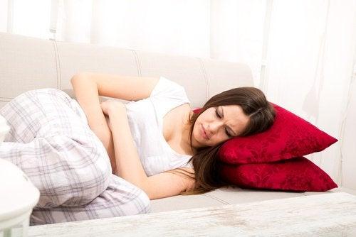 nainen kivuissa sohvalla