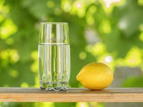 vesi ja sitruuna