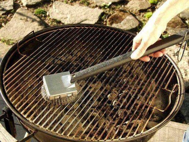 puhdista grilli harjalla ennen käyttöä