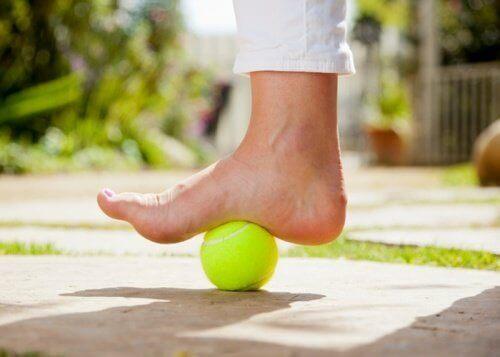 Tennispallo plantaarifaskiitin hoidossa