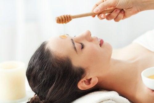 Voit käyttää hunajaa ihonhoitoon.