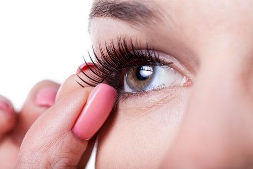 irtoripset ja meikki ärsyttävät silmiä