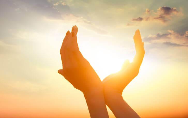 Kädet kohti aurinkoa