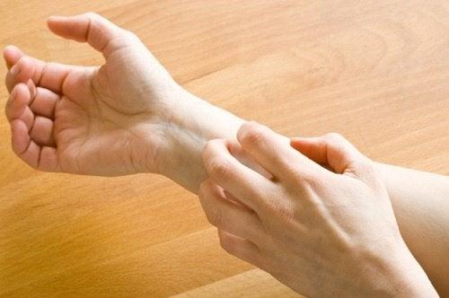 jos käsissä kihelmöi, syynä voi olla MS-tauti