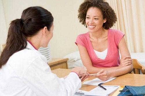 nainen keskustelee lääkärinsä kanssa