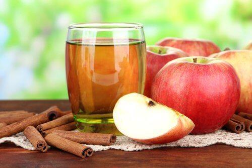 maksaa puhdistavat juomat: omenamehu